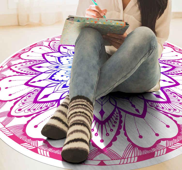 TenVinilo. Alfombra vinilo mandala circular morada. Una preciosa alfombra vinílica redonda azul y violeta hecha para decorar los espacios de tu hogar con las mejores vibraciones.