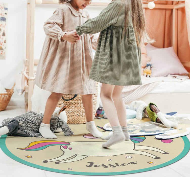 TenVinilo. Alfombra vinilo redonda unicornio con nombre. Dele a su hija el regalo decorativo perfecto hoy con esta alfombra vinilo infantil de unicornio personalizable ¡Puede personalizar el nombre que desee!
