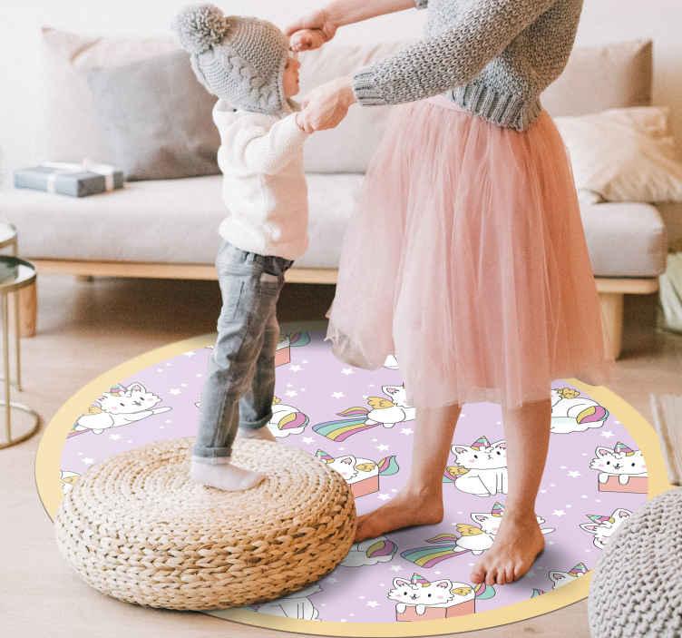 TenVinilo. Alfombra vinilo animal gato bebé unicornio. Un diseño original que tiene un gato y un unicornio combinados en un fondo morado. La alfombra vinilo animal con fondo morado