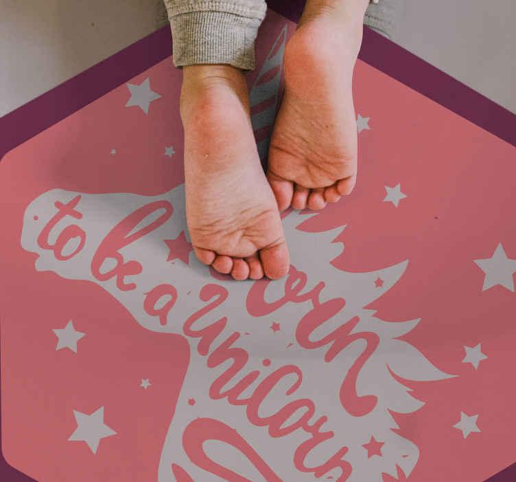 TenStickers. 天生就是一个独角兽乙烯基垫. 诞生于具有独角兽轮廓和星星的独角兽乙烯基地毯,为您的孩子带来最可爱的惊喜,尤其是如果她喜欢独角兽。