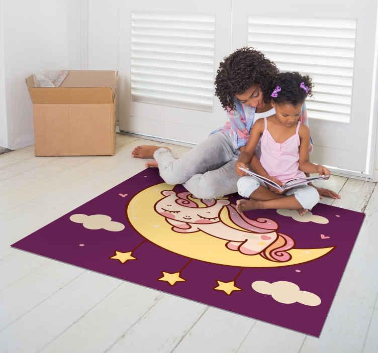 TenStickers. 可爱的独角兽在月亮乙烯基垫上睡觉. 在月亮乙烯基地毯的可爱的睡觉的独角兽与星和云彩在紫色背景中。适用于方形产品的各种尺寸。