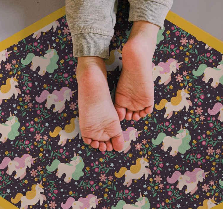 TenVinilo. Alfombra vinilo animal unicornios coloridos. Proteja a su hijo y el suelo de su habitación con esta alfombra vinilo animal de unicornios de colores con flores sobre un fondo negro.