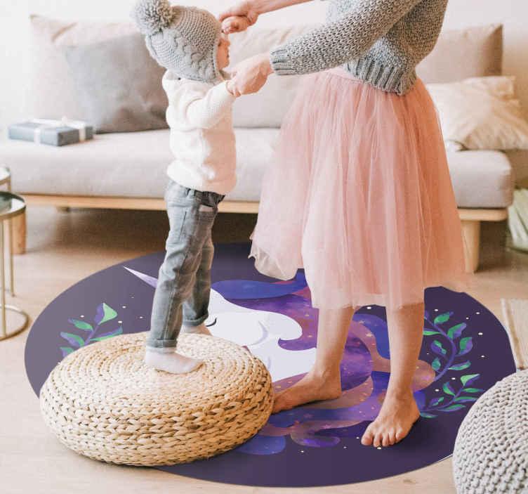 TenStickers. Desenhado à mão elegante tapete de vinil unicórnio. A melhor maneira de decorar o quarto da sua menina é com este elegante tapete de vinil de unicórnio e plantas de formato redondo. Tapete moderno de vinil unicórnio.
