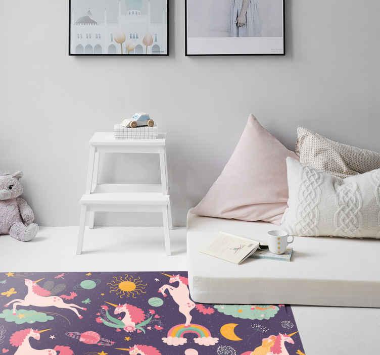 TenStickers. 可爱的独角兽独自自然动物垫. 这种地毯是自然界独有的独角兽设计,是为您的孩子的房间而设计,并设有可爱的独角兽和彩色头发。