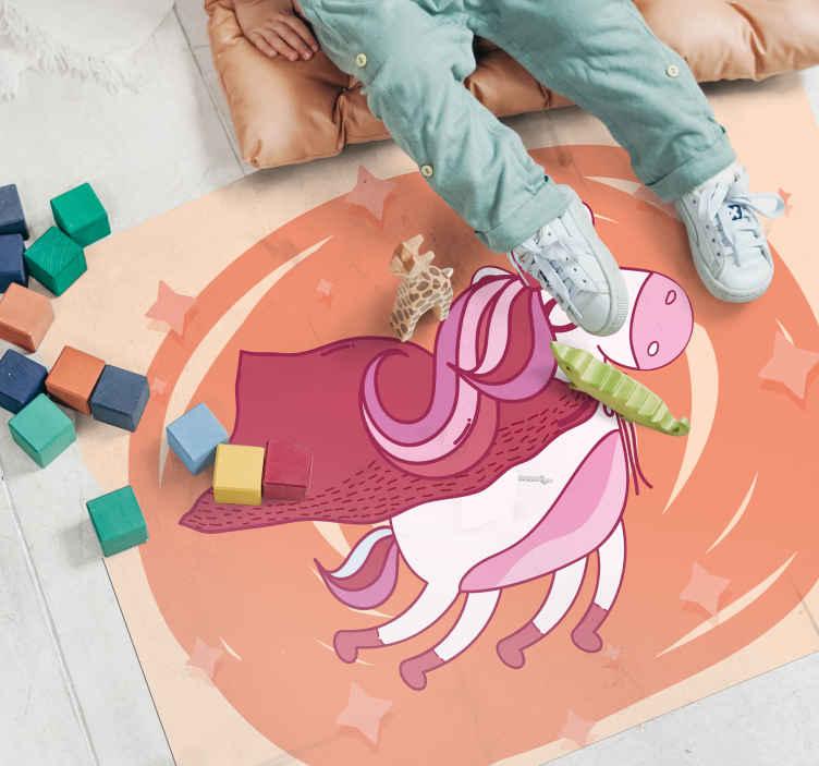 TenStickers. Tapete de vinil de unicórnio super-herói voador. A melhor maneira de decorar o quarto do seu filho se ela adora unicórnio. Um tapete de vinil de unicórnio de herói voador bonito com estrelas como pano de fundo.