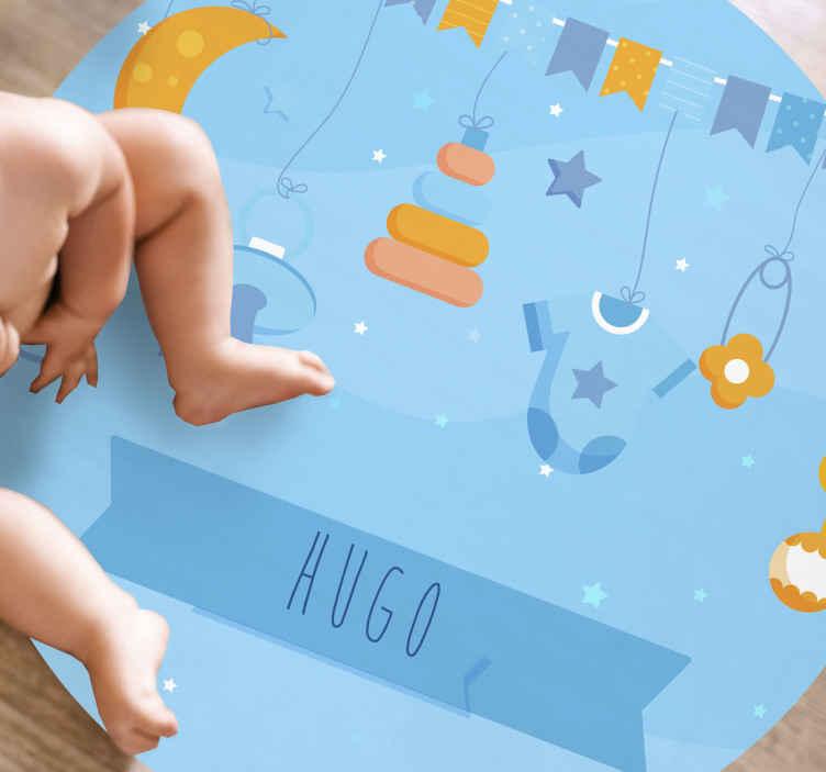 TenVinilo. Alfombra vinilo con nombre objetos de bebé. Preciosa alfombra vinílica personalizada para tu bebé con diseño azul con elementos como chupetes y body ¡Envío exprés!
