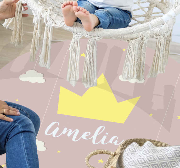 TenStickers. özelleştirilebilir prenses taç vinil halı. Çocuklarınızla özelleştirin, bu güzel kişiselleştirilmiş taç vinil halıyı pembe bir arka plana sahip yuvarlak bir şekilde adlandırın! Kolay bakım!