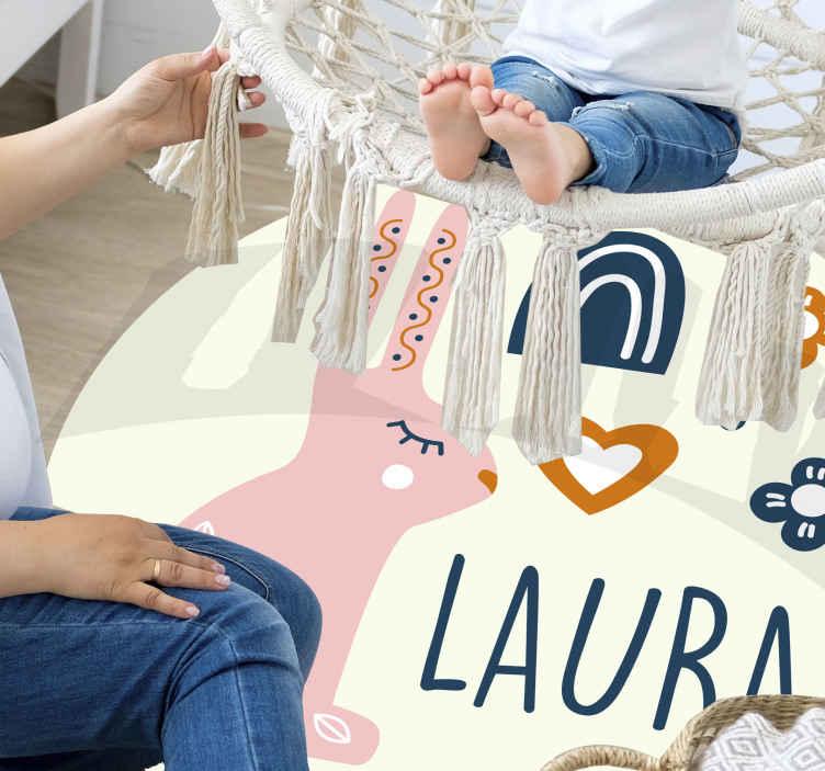 TenVinilo. Alfombra vinilo con nombre con conejo. Alfombra vinilo con nombre de color rosa con nombre para decorar de forma bonita el cuarto de tu bebé ¡Descuentos disponibles!