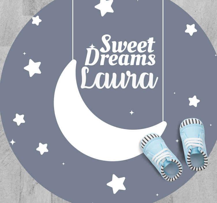 TenVinilo. Alfombra vinilo con nombre dulces sueños. Diseño de alfombra vinílica infantil que presenta el texto 'dulces sueños' rodeado de estrellas con la luna colgando ¡Envío exprés!