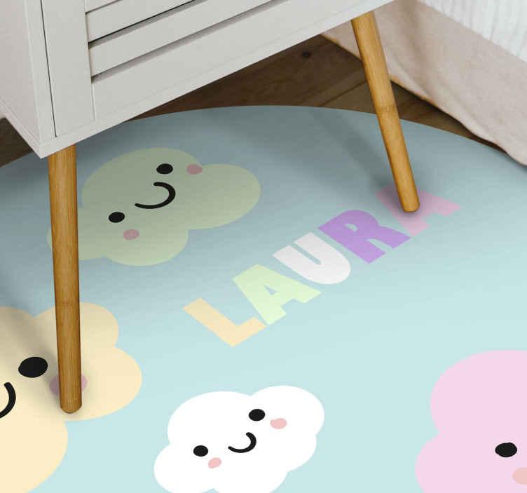 TenStickers. Gepersonaliseerde kleurrijke wolken vinyl tapijt. Blauw vinyl vloerkleed met wolkjes en naam, perfect als decoratie voor de kinderkamer. Gemakkelijk schoon te maken en op te bergen. Gemaakt van hoogwaardig vinyl.