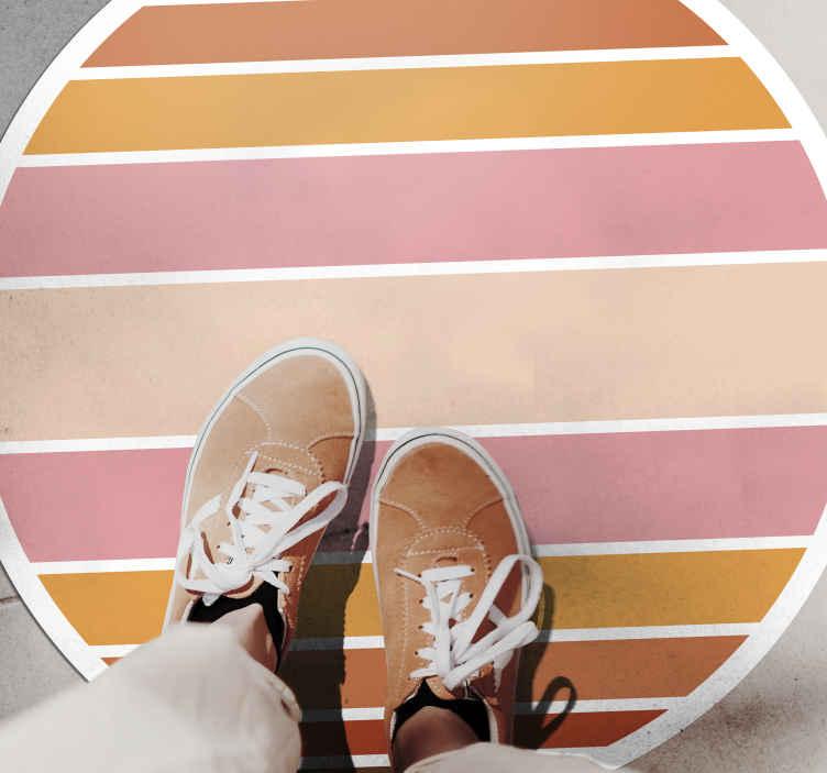 TenStickers. Covoare geometrice din vinil din anii '70. Covor de vinil cu dungi colorate pentru a face casa să arate originală și colorată. Sunt disponibile multe dimensiuni pentru un produs de formă rotundă.