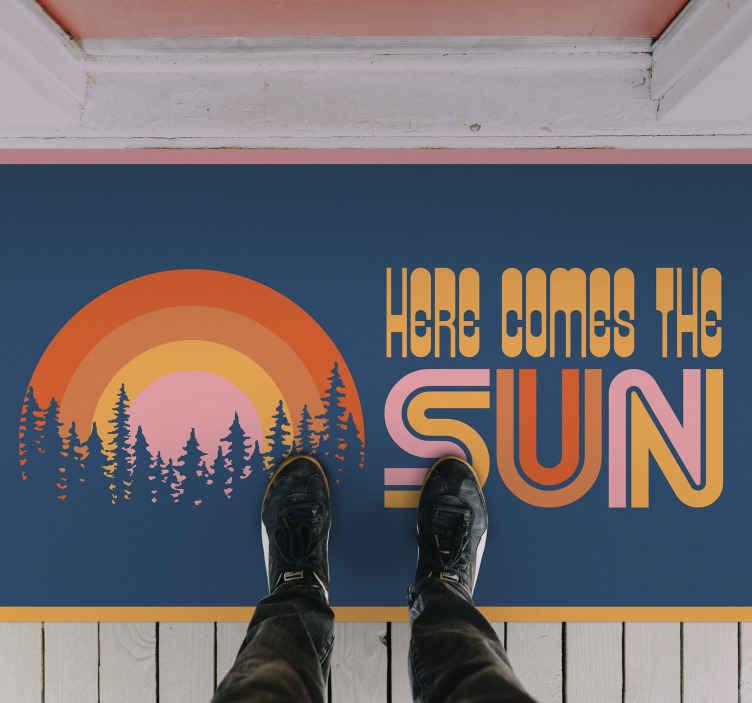 """TenVinilo. Alfombra vinilo recibidor aquí llega el sol. Alfombra vinilo recibidor vintage con la frase """"aquí llega el sol"""" y un sol retro saliendo del bosque. Ideal para decorar ¡Envío exprés!"""