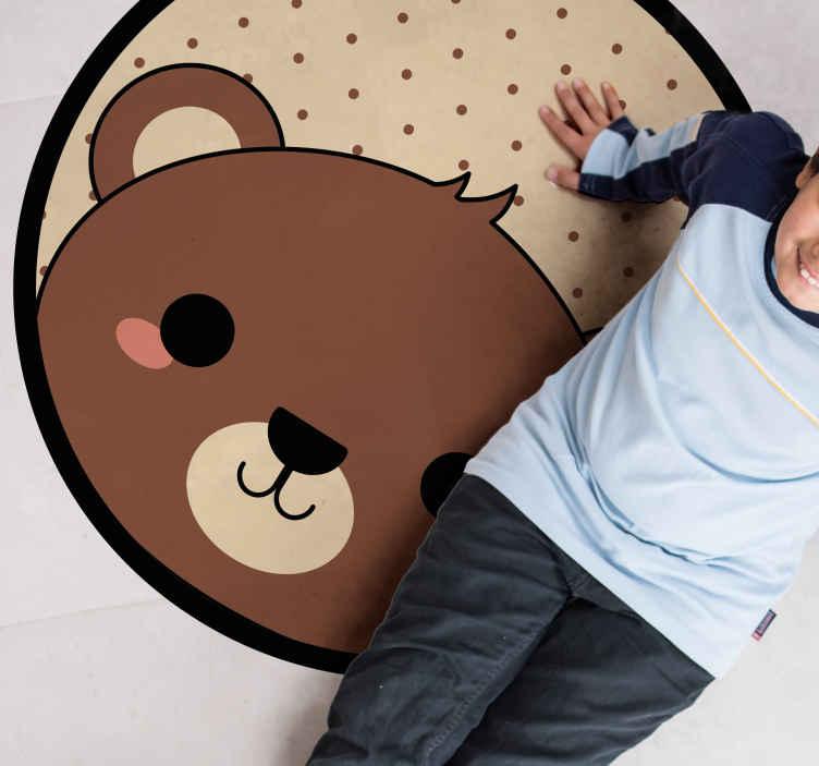 TenStickers. χαλί ζώων κάστορας anime. αυτό είναι το τέλειο χαλί βινυλίου κάστορας anime για τα παιδιά να αποκτήσουν το μικρό σας! υπάρχει μια χαριτωμένη καφέ αρκούδα στο χαλί βινυλίου.