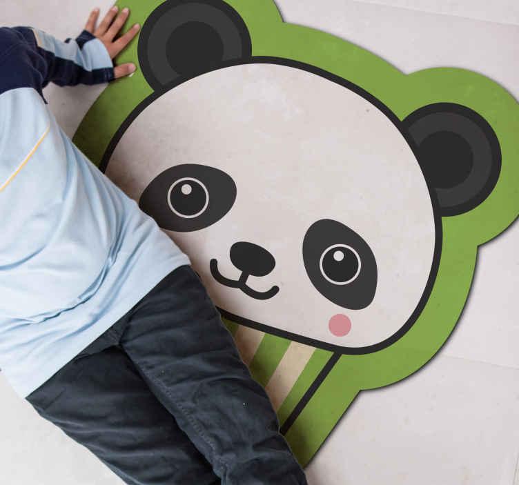 TenStickers. Dywan winylowy Anime panda. Ten dywan winylowy dla dzieci zapewni najmłodszym niekończące się godziny zabawy! Zawiera uroczego misia pandę ze świetnym tłem.