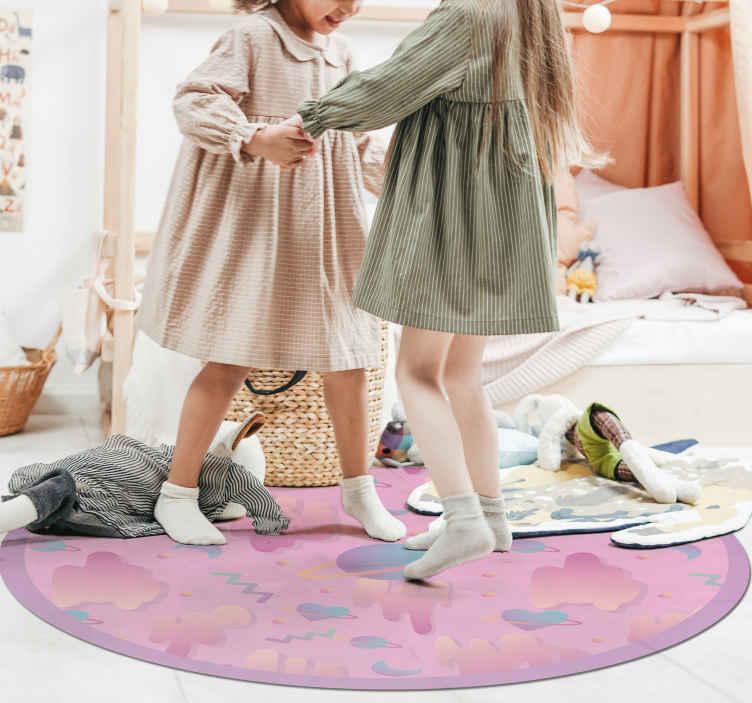 TenStickers. 太空糖果糖果儿童地毯. 用于儿童卧室或游戏室的原始乙烯基地毯。圆形美丽的粉红色饼干,云层和心形乙烯基地毯。孩子们的理想设计!