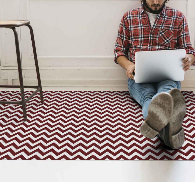TenVinilo. Alfombra vinilo rayas zigzag rojas y blancas. Alfombra vinilo rayas con zigzag rojos perfecta para cualquier tipo de habitación de tu casa. Material lavable y resistente ¡Envío exprés!