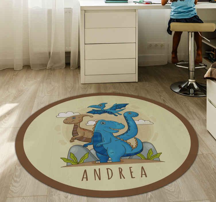 TenStickers. Mundo dos dinossauros com tapete de vinil personalizado com nome. Um incrível tapete de vinil de dinossauro personalizável para adornar o quarto ou o berçário dos seus filhos! Tapetes de vinil personalizados incríveis.