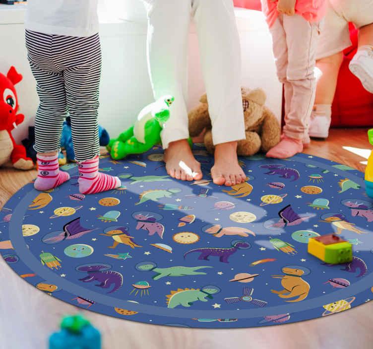TenStickers. Vinyl vloerbedekking Dinosaurussen in het ruimte. Een donkerblauw vinyl tapijt van dinosaurussen in de ruimte waar uw kind dol op zal zijn! Het is de perfecte combinatie voor een dinosaurus en ruimte.