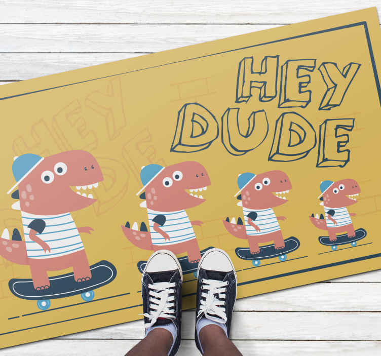 "TenStickers. 嘿花花公子恐龙在滑板动物垫上. 儿童地毯,上面写着""嘿花花公子"",上面画着四个恐龙,一个比另一个小,还有一个粉红色的帽子。"