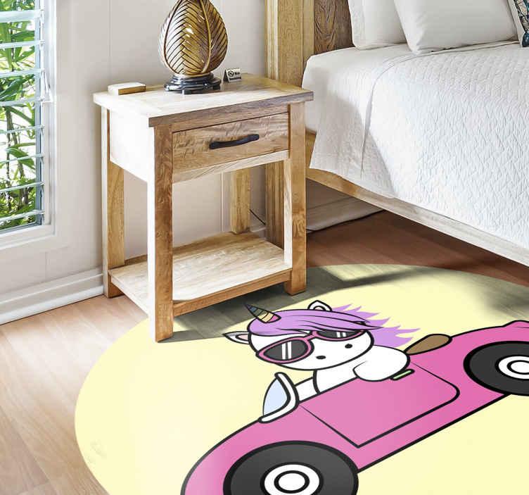 TenStickers. Vinyl vloerbedekking Cool eenhoorn op roze auto . Stoer vinyl vloerkleed met een eenhoorn rijdend dier dat op de vloer van de kinderkamer kan worden geplaatst. Verkrijgbaar in elke gewenste maat en gemakkelijk te onderhouden.