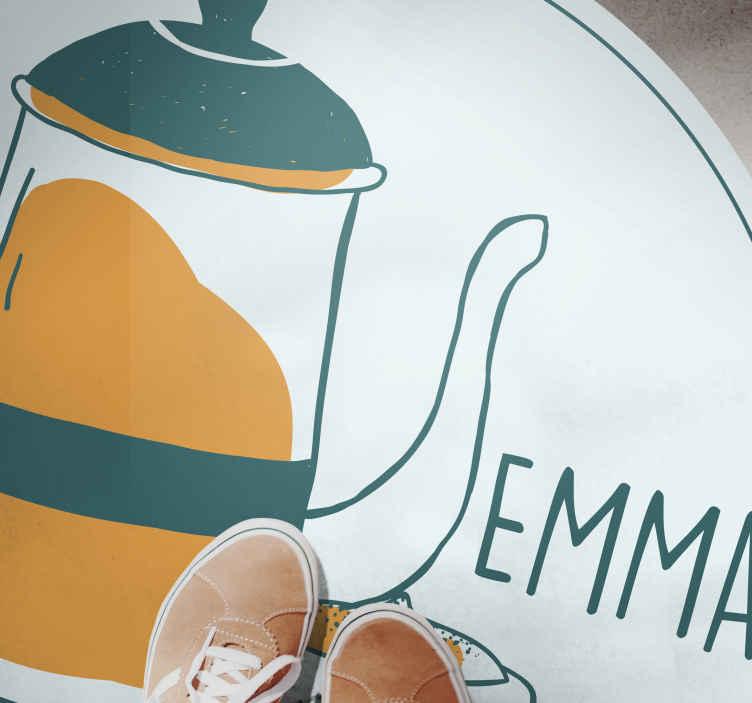 TenStickers. Café texto e xícara tapetes contemporâneos. Um tapete moderno que ilustra uma xícara de café tradicional com fundo branco e o nome que pode ser personalizado.