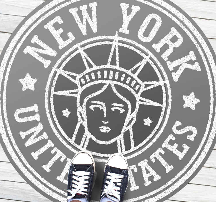 TenStickers. Covor retro timbru new york. Covorul nostru din vinil din new york city va face ca orice iubitor de new york să creadă că este un plus perfect pentru casa lor. Comandați decorul de care are nevoie podeaua dvs. Astăzi!