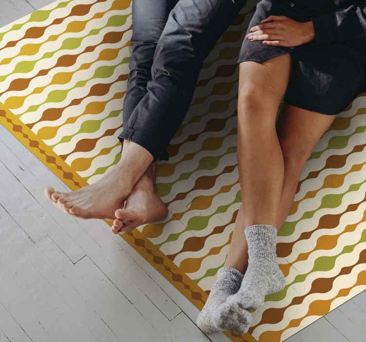 TenStickers. 70年代条纹人物复古地毯. 这款灵感来自70年代的老式乙烯基垫子,将使您的地板看起来异常独特!它们是如此易于应用和维护。