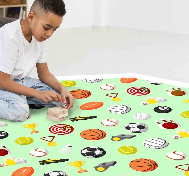 TenVinilo. Alfombra vinilo infantil pelotas deportivas. Maravillosa alfombra vinilo infantil de color verde y llena de pelotas de deporte para decorar el cuarto de tu hijo ¡Descuentos disponibles!