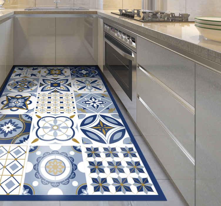 TenStickers. Dywan winylowy w kolorze niebieskim Płytki. Winylowy dywanik kuchenny z oszałamiającym wzorem dużych kwadratowych płytek, z których każda ma niepowtarzalny wzór. Wybierz swój rozmiar.