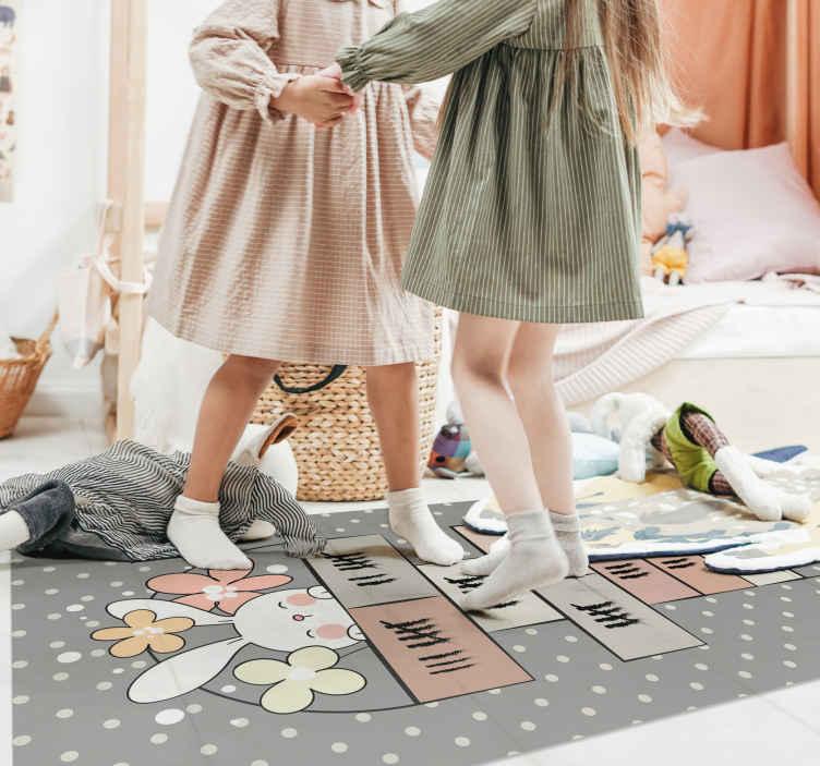 TenStickers. Dywan winylowy z grą w klasyczne króliki. Mata do gry w klasy królik. Dzieci chciałyby bawić się na tym dywanie, skakać i mieć nadzieję, że grają w klasy na dywanie.