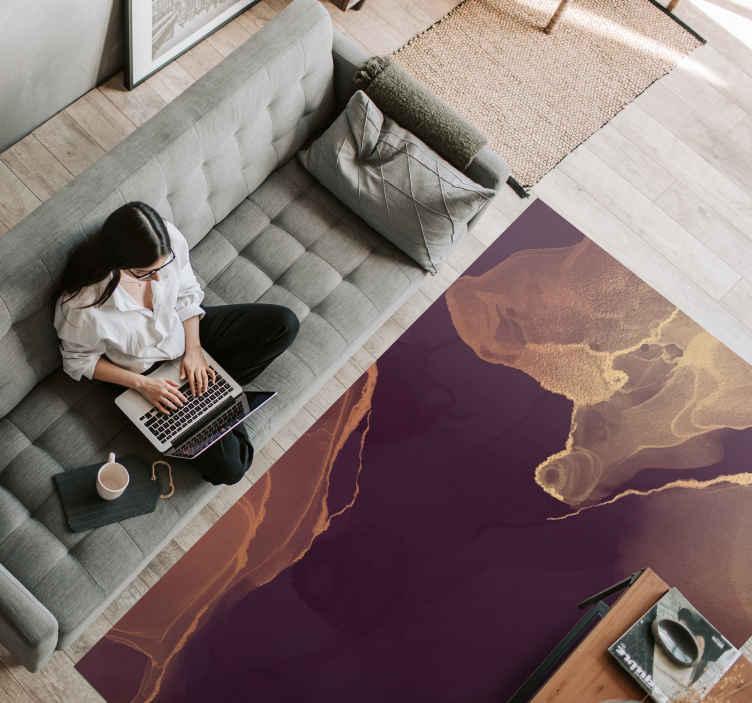 TenVinilo. Alfombra vinilo despacho abstracta dorada. Alfombra vinilo oficina en casa con un diseño abstracto en colores oscuros perfecta para decorar tu oficina en casa ¡Descuentos disponibles!