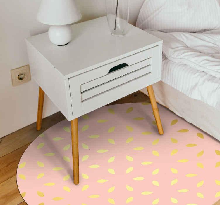 TenVinilo. Alfombra vinilo despacho floral de lujo. Alfombra vinilo rosa para oficina en casa con detalle de hojas o flores en color dorado que le da un toque lujoso y elegante a tu oficina