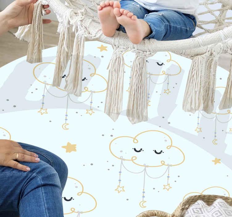 TenVinilo. Alfombra vinilo infantil de nubes durmientes. Alfombra vinilo infantil de nubes que presenta un adorable patrón de nubes con pequeñas estrellas colgando de ellas ¡Material de alta calidad!