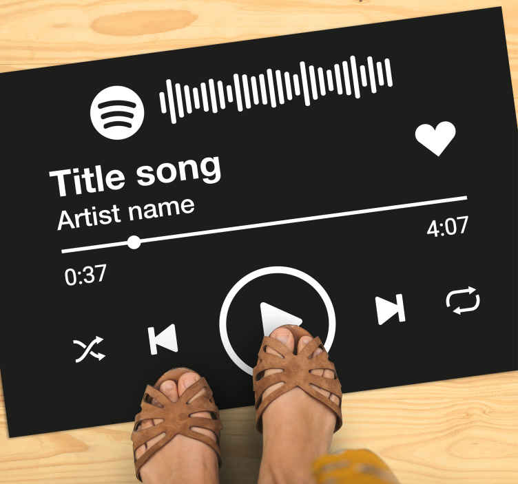 TenStickers. Spersonalizowana mata winylowa Spotify. Winylowy dywan z jednolitym czarnym tłem z kultowym nadrukiem przedstawiającym odtwarzanie muzyki spotify z wyświetlaniem tytułu utworu, wykonawcy i akcji na dole