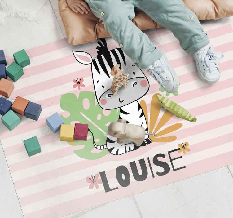 TenStickers. Vinyl vloerbedekking mooie zebra voor kinderen met naam. De beste manier om de kamer van uw kind te versieren met een gepersonaliseerde zebra met planten en bloemen vinyl vloerkleed. Het heeft een zebra met roze tinten strepen.