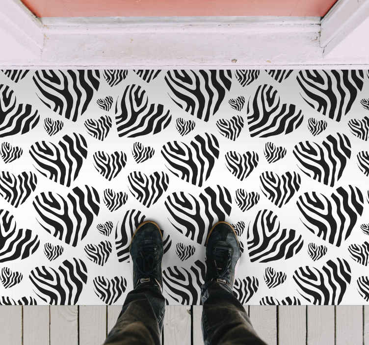 TenStickers. Tapete zebra animal print coração animal print. Adorável tapete de vinil com estampa animal em formato de coração em preto e branco, adequado para decorar qualquer espaço da casa. é original, duradouro e antiderrapante.