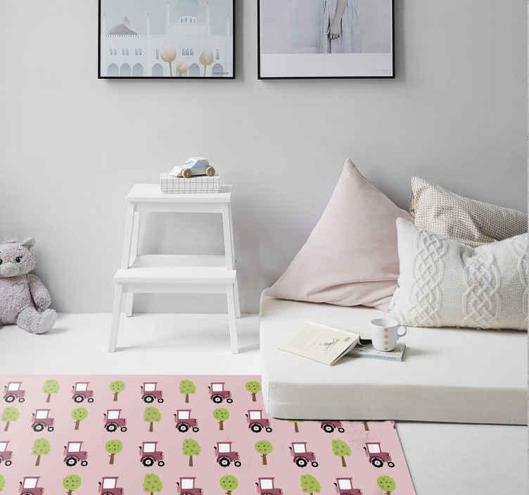TenStickers. Covor de vinil cu model roz tractor. Covor roz din vinil cu model de tractor roz pentru dormitor, în special pentru adolescenți și cameră pentru copii. Produsul prezintă designul tractoarelor și al arborilor.