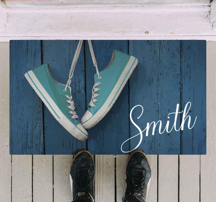 TenStickers. Tappeto in vinile nome Il nome della famiglia con convers. Bel tappeto d'ingresso in vinile con scarpe personalizzate. Questo tappeto è originale, resistente e di facile manutenzione. Disponibile in qualsiasi dimensione richiesta.
