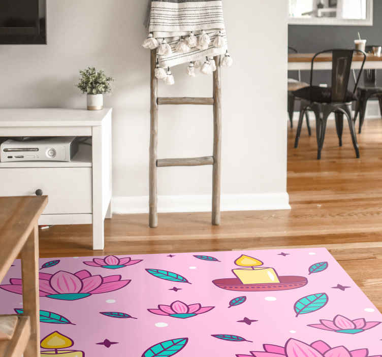 TenVinilo. Alfombra vinilo rosa vela de loto. Alfombra vinilo rosa con diseño estampado de flor de loto y velas encendidas. Es duradera, fácil de limpiar y disponible en cualquier tamaño