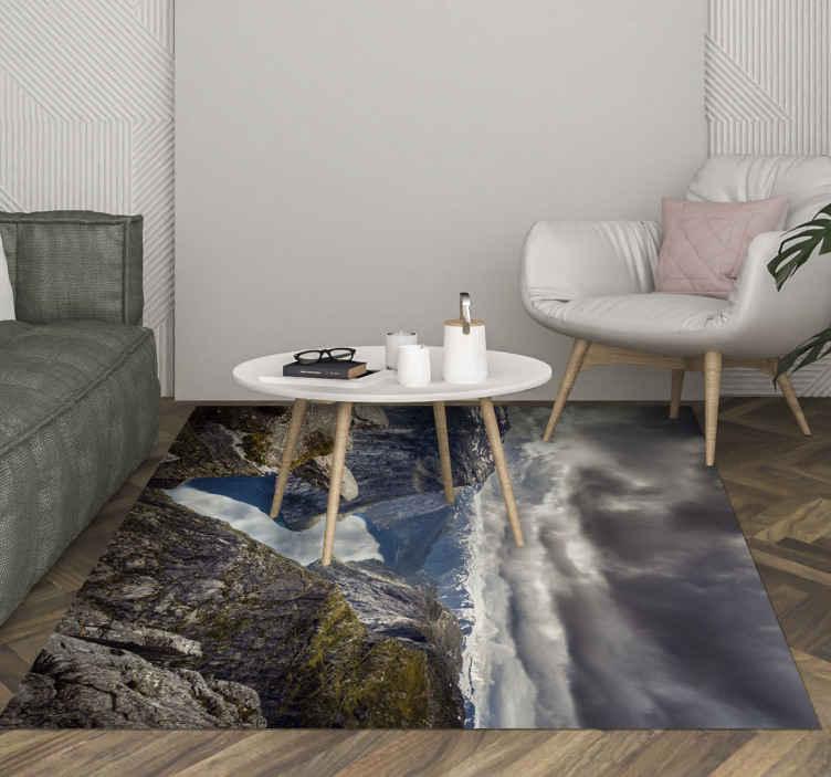 TenVinilo. Alfombra vinilo rectangular paisaje nórdico. Alfombra vinilo rectangular para suelos con diseño que ilustra la formación rocosa de Trolltunga en Noruega ¡Disponible en cualquier tamaño!