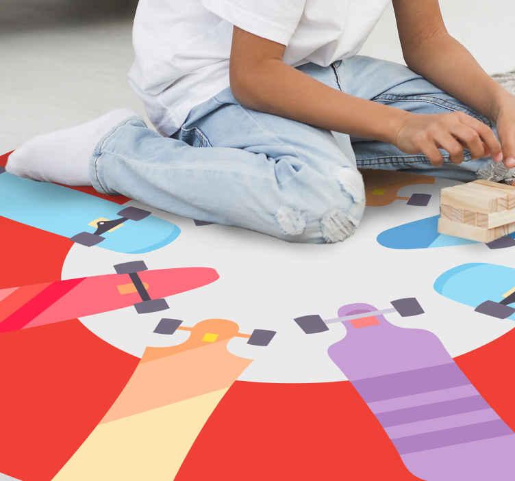 TenStickers. Tipos de tapetes de skate para adolescentes para quartos. Tapete de vinil colorido com ilustração de diferentes tipos de skates em várias cores, perfeito para você posicionar no quarto do seu filho.