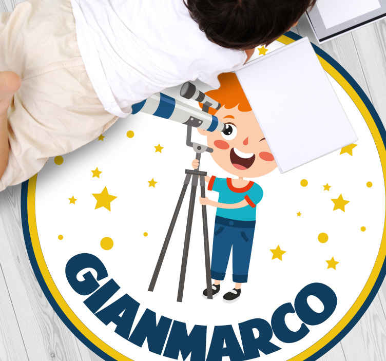 TenStickers. Tappeto in vinile stelle Ragazzo con il telescopio. Tappeto in vinile personalizzato che presenta un'adorabile immagine di un ragazzino che guarda nel vuoto con un telescopio. Personalizzato.