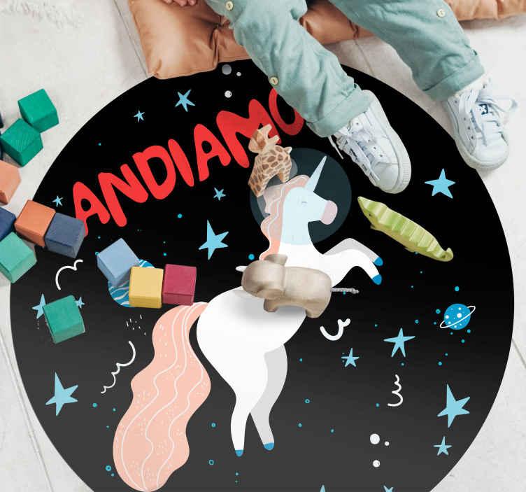 TenStickers. Tappeto in pvc per camera da letto Unicorno spaziale. Tappeto in vinile con unicorno che presenta l'immagine di un unicorno che vola nello spazio circondato da molte stelle e stelle filanti.