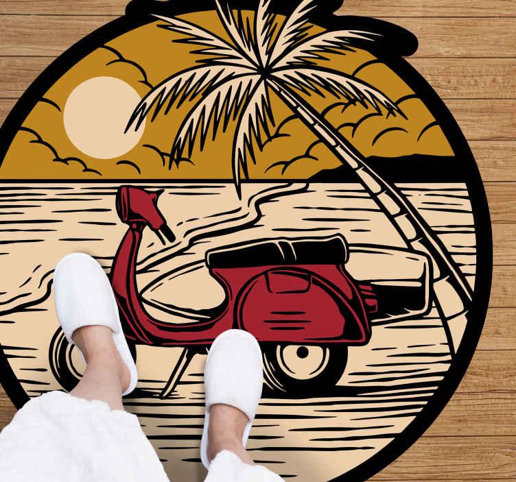 TenStickers. Moto vermelha no tapete natural da praia. Encomende este tapete de vinil da natureza agora e sinta que está fazendo uma viagem até a praia! Facilmente lavável e limpo. Entrega ao domicílio!