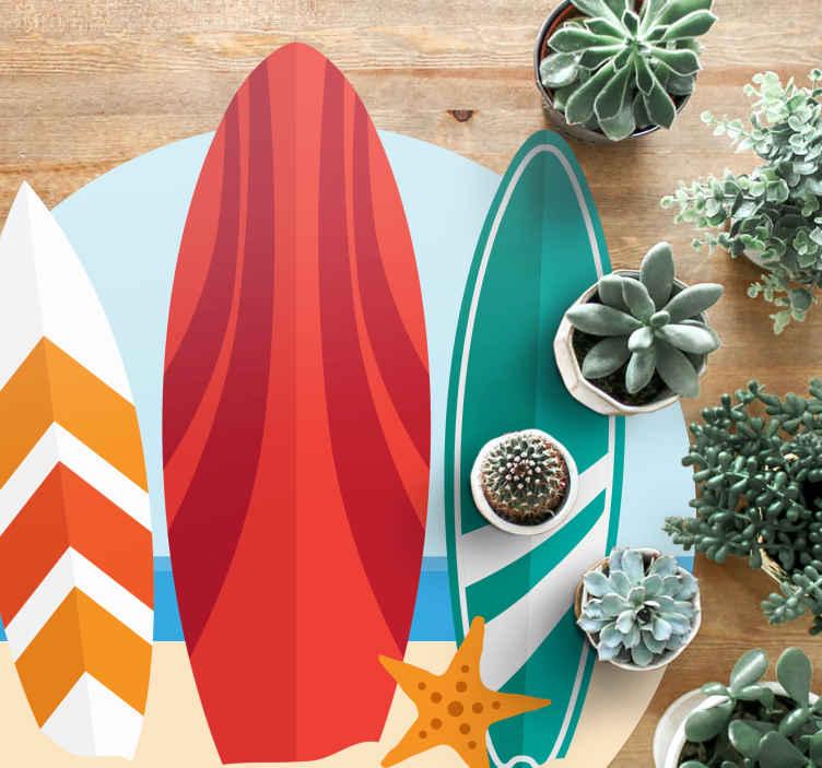 TenStickers. Placă de surf la covorul naturii de pe plajă. Navigați astăzi pe valuri mari cu acest produs de covor de surf din vinil! Explorează plaja, apa și oceanul și fii surprins de designul său unic!