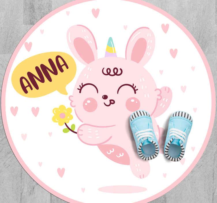 TenStickers. Tappeto in vinile nome Amo gli unicorni con il nome. Tappeto in vinile personalizzato con l'illustrazione di un piccolo coniglio rosa con testo personalizzabile, perfetto per la stanza di tua figlia.