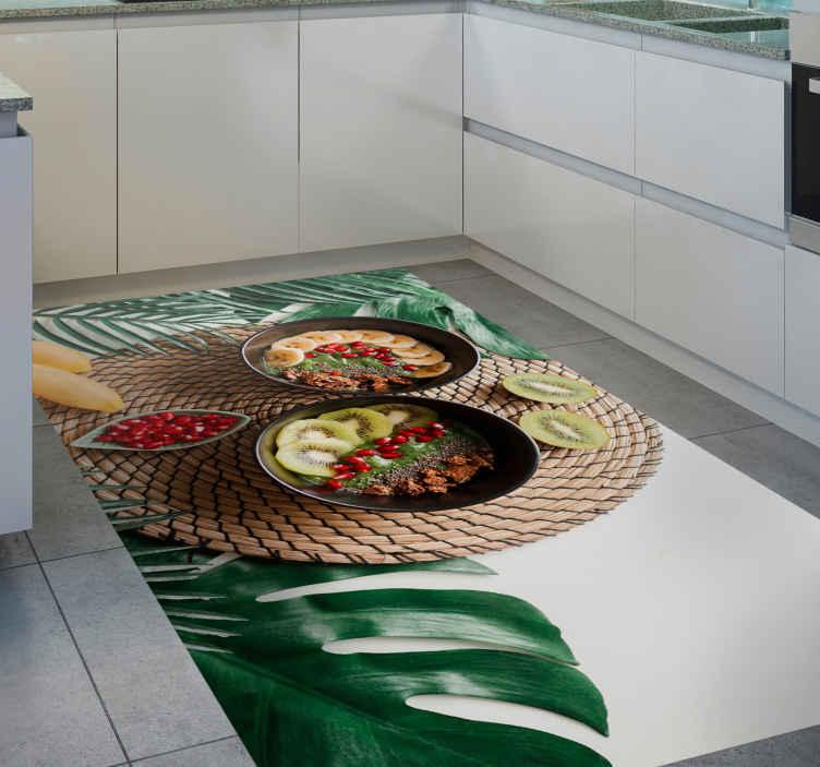 TenVinilo. Alfombra vinilo cocina fruta saludable. Alfombra vinilo cocina que presenta un diseño impresionante de tres raciones de frutas en una mesa de paja rodeada de hojas ¡Envío exprés!