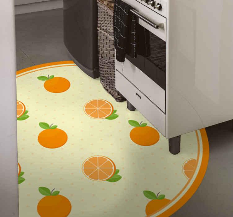 TenStickers. Portakal desen mutfak döşeme. Farklı dilimlenmiş meyvelerin şaşırtıcı tasarımına sahip yuvarlak uçlu vinil zemin halısı. Bakımı kolaydır ve orijinal bir vinil malzemeden yapılmıştır.