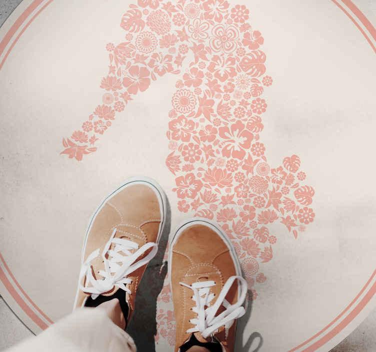 TenVinilo. Alfombra vinilo animal caballito mar rosa. ¡La alfombra vinilo animal de caballito de mar con flores es la manera perfecta de decorar cualquier lugar en su casa! ¡Envío exprés!