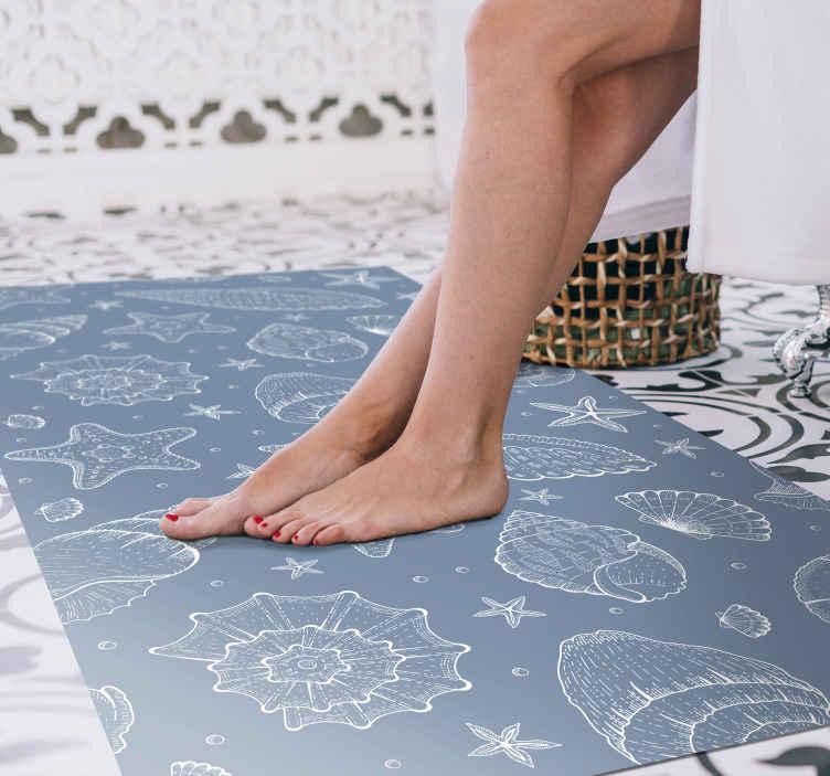 TenStickers. Vida marinha e conchas do mar para casa de banhopiso de vinil. Este tapete decorativo de vinil marinho tem um design único e legal que com certeza dará mais energia à sua casa! Tenha em casa logo!